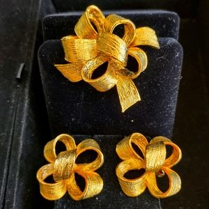 Vintage gold tone BOW clip earrings and brooch set